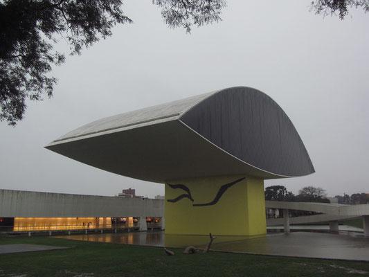 Das Museu Oscar Niemeyer. Niemeyer ist ein brasilianischer Architekt und gilt als Wegbereiter der modernen brasilianischen Architektur. Niemeyer entwarf die Gebäude für die brasilianische Hauptstadt Brasília, die 1987 zum Weltkulturerbe erklärt wurde.