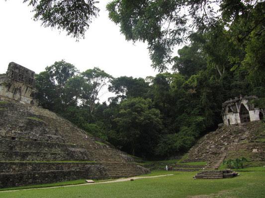 Der Kreuztempel (links) und der Tempel des Blätterkreuzes (rechts) gehören beide der Kreuzgruppe an und sind nach demselben Schema aufgebaut.