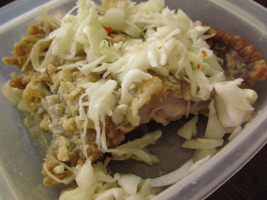 Frittierter Fisch mit Zwiebeln leicht säuerlich angemacht.