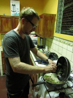 In der Küche unseres Gästehauses beim Zubereiten eines Quesadillas.