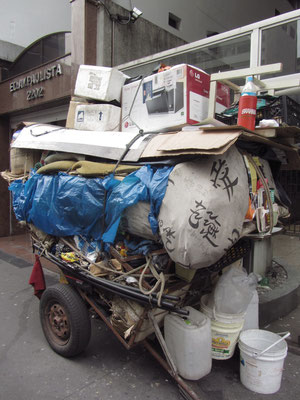 Ein Kartonero hat gesammelt was das Zeug hält. (Av. Paulista)