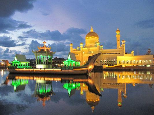 """Das """"ceremonial stone boat"""" mit der Omar-Ali-Saifuddin-Moschee im Hintergrund."""