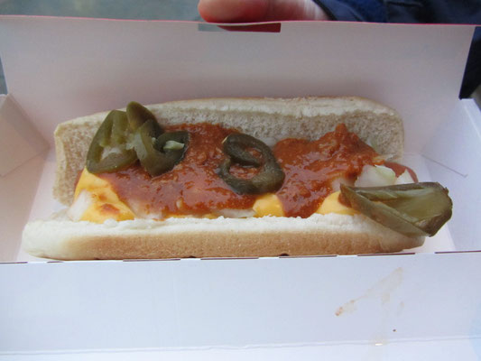 Hot Dog aus dem Convenience Store. Der Kunde kann nach belieben mit Käsesoße, Chilli-con-Carne-Soße und Jalapenos pimpen.