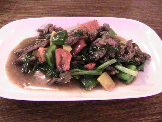 Gebratenes Rindfleisch mit Gemüse.