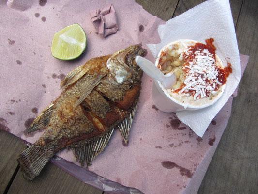 Gebratener Fisch mit Maisauflauf.