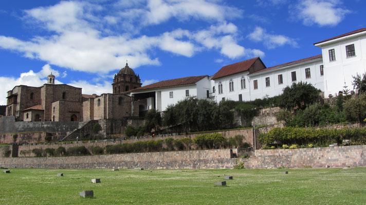 Qoricancha. Auf diesem Kunstwerk mit schrägen Mauern, trapezförmigen Nischen sowie dem berühmten 20-eckigen Stein wurde von den Spaniern die Kirche Santo Domingo erbaut.