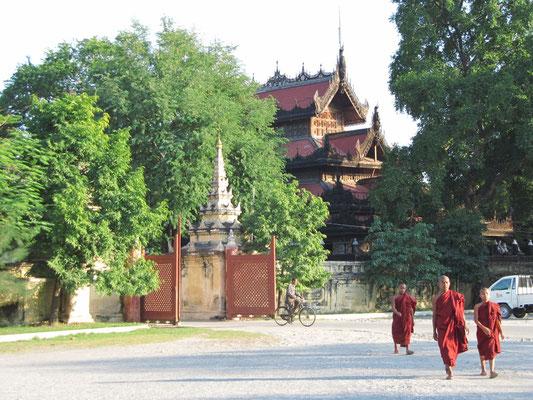 Mönchchen vor dem Shwenandaw Kloster.