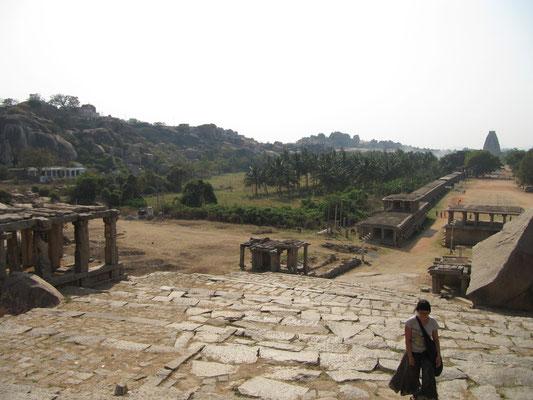 Blick auf den Hampi Bazaar mit dem Virapakhsa-Tempel im Hintergrund.