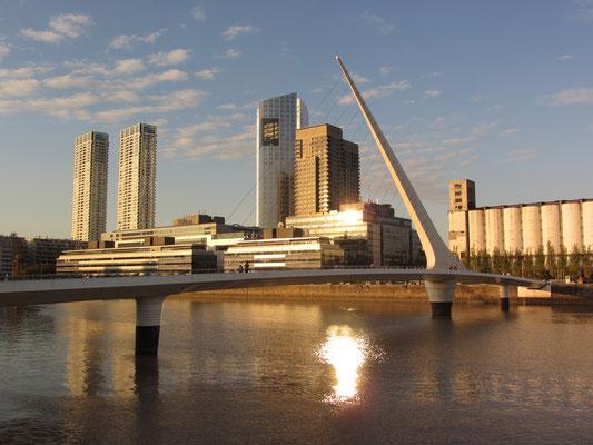 Alle Straßen in Puerto Madero sind nach Frauen benannt. Die neueste Verbindung zwischen Puerto Madero und der Innenstadt ist die Puente de la Mujer (Frauenbrücke), die von Santiago Calatrava entworfen wurde.