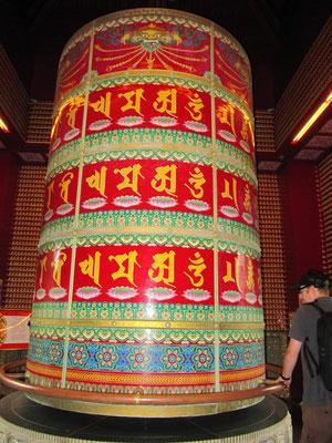 Riesengebetsmühle im Buddha Tooth Relic Temple.