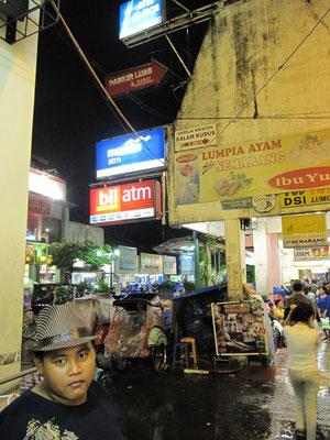 Souvenirarkade in der Malioboro-Straße, einer Mischung aus Prachtbazaar und Bangkok's Khao-San-Road.