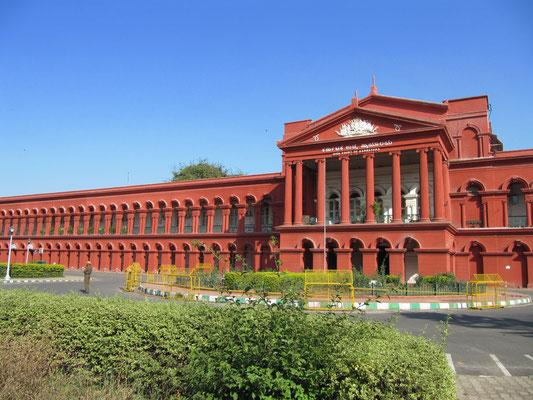 Bangalore's Highcourt - Attara Kacheri ist ein wirklich beeindruckend langes und rotes Gebäude.