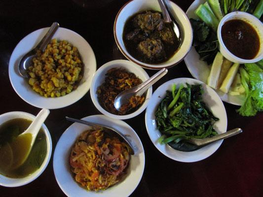 """Speisenauswahl im burmesischen Gourmettempel """"Feel"""" in Yangon. Dank unserer Gastgeberin und ihres Fahrers wurden wir standesgemäß in die burmesische Küche eingeführt."""