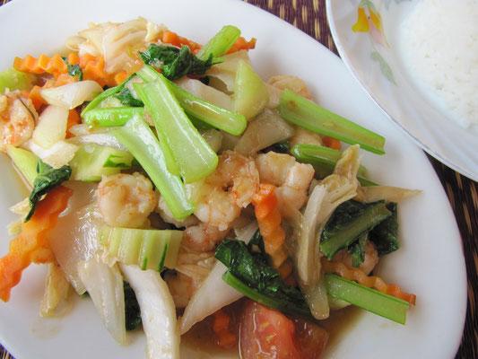 Gebratene Garnelen mit Gemüse.
