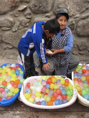 An Karneval wurden diese Wasserbomben in der ganzen Stadt für einen Boliviano verkauft. Sebastian wurde Großeinkäufer.
