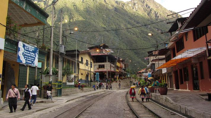 In den Straßen von Aguas Calientes. Vorsicht, hier fahren auch Züge.