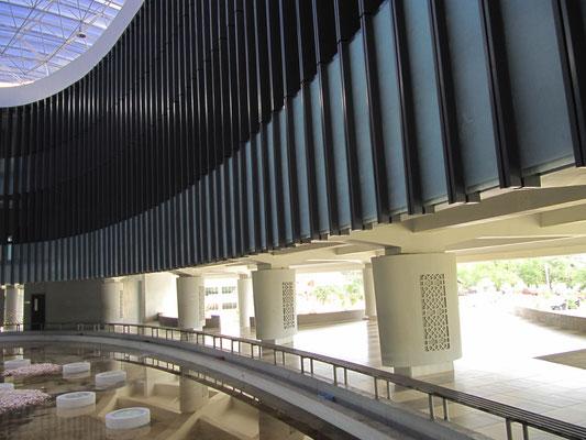 Das Aceh Tsunami Museum in Banda Aceh, Indonesien, ist ein Museum, das als symbolische Erinnerung an das Erdbeben und die Tsunami-Katastrophe im Indischen Ozean von 2004 konzipiert wurde.