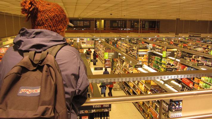 Im großen Lider-Supermarkt.