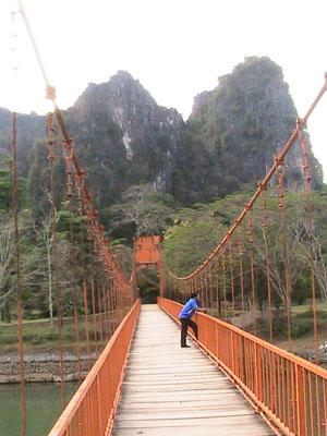 Brücke zur Tham Jang Höhle.
