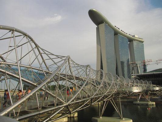 Helix Brücke zum Marina Bay Sands.
