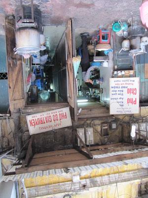 Phở-Straßenretaurant. (Phở ist eine traditionelle Suppe der vietnamesischen Küche. Sie ist in Vietnam fast an jeder Straßenecke erhältlich und wird auch häufig als Cơm Phở (Reisnudel-Suppe) beworben.