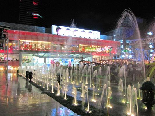Wasserspiele vor 2 Shopping Malls.