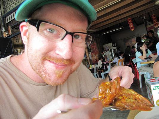 ... mit einem riesigen Süßwassershrimp in Currysoße in der Hand.