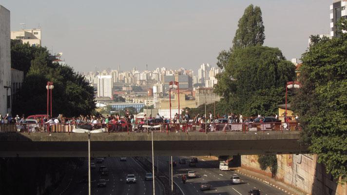 """Brücke im japanischen Stadtviertel """"Liberdade"""" in São Paulo, einem Zentrum der japanischen Brasilianer."""
