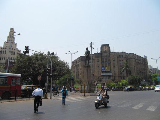 """Gegenüber des CST. Das ganze """"alte"""" Bombay ist überfüllt mit pompösen Kolonialbauten."""