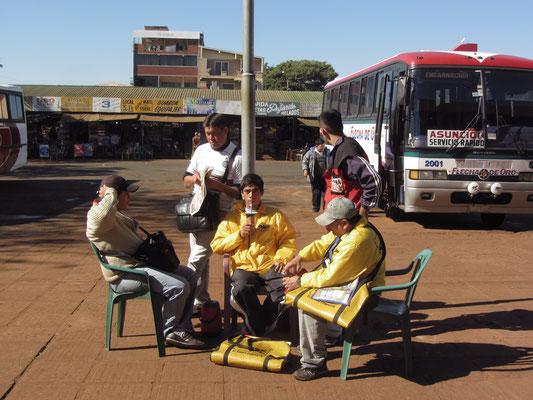 Tereretrinker am Busbahnhof.