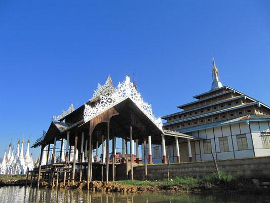 Tempelanlage auf dem See.