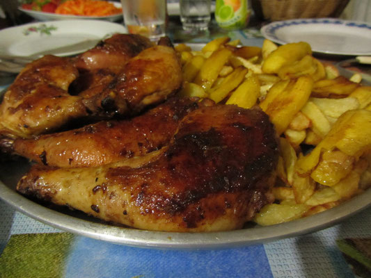 Als Hauptgang wurde gegrilltes Huhn mit Pommes und Platanos (Art Kochbanane) serviert.