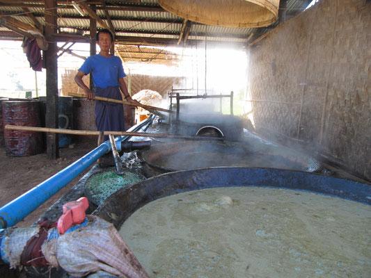 Zuckerherstellung am Wegesrand wie zu Urururgroßmutters Zeiten.
