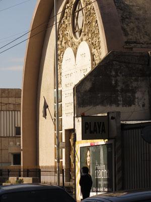 Strenge Sicherheitsvorkehrungen machen das Fotografieren der Synagoge fast unmöglich.