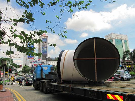 Was-auch-immer-Transport auf der Jalan Tebrau.