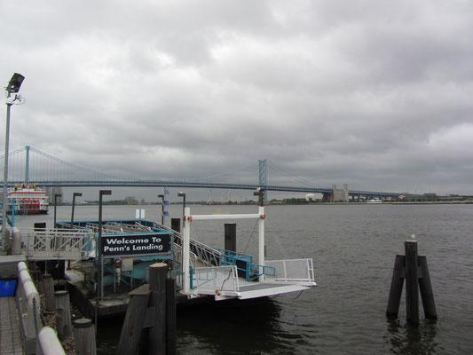 Penn's Landing, das Hafengebiet am Delaware Fluss, ist nach William Penn, der hier 1682 anlegte und Pennsylvania gründete, benannt.