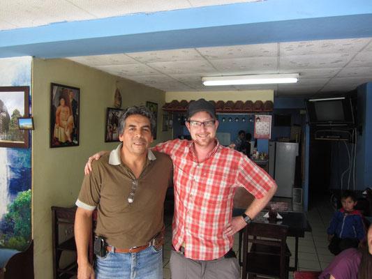 Dieser kolumbianische Restaurantbesitzer spricht einwandfrei deutsch, weil er 12 Jahre in Deutschland hauste.