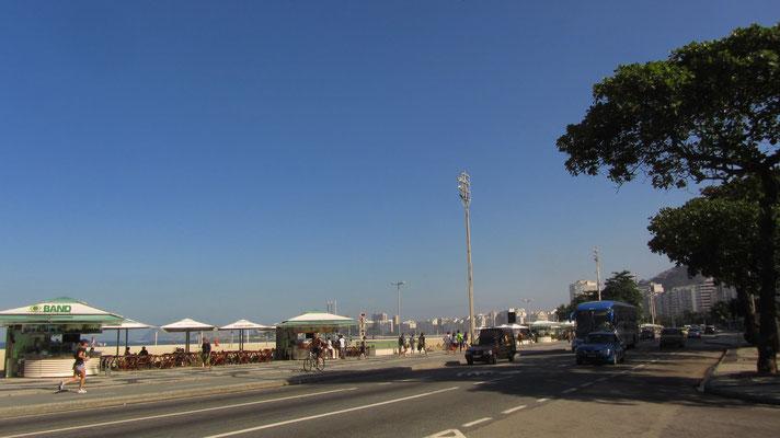 Nur noch die Straße überqueren und wir sind am weltbekannten Stran von Copacabana. Der Stadtteil erhielt seinen Namen durch Marienkunstwerke, die aus dem gleichnamigen, als Wallfahrtsort weit bekannten Copacabana am Titicacasee in Bolivien stammen.
