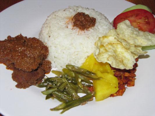 """Rendang (König der Rindfleischgerichte; saftiger Rinderschmorbraten mit köstlich-scharfer """"Rendang""""-Soße), Reis, Gemüse und ein gebratenes Ei."""