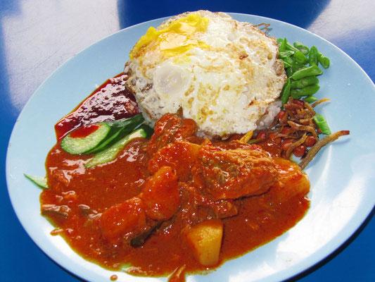 Malayisches Nasi Lemak mit Ikan Bilis (Anchovies), Telur (Ei), Reis in Kokosmilch gekocht und Chicken Curry.