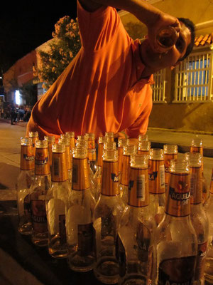 Stolzer Hatdcore-Bierkonsument am Freitagabend auf einem öffentlichen Plaza.
