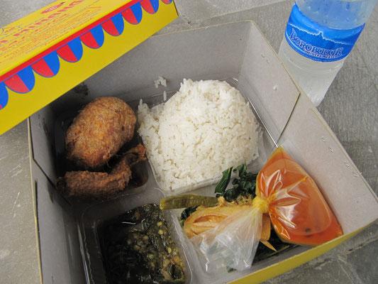 The box of boxes. Padang-Essen wie's besser nicht mehr geht. Ayam Goreng (gebratenes Hühnchen), Kartoffelkroketten, Reis und eine der besten Soßen der Welt.