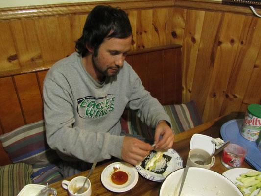 Diego beim Sushi rollen.