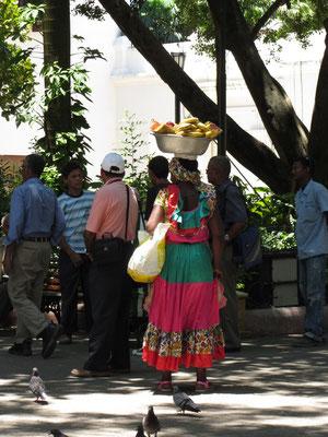 Obstverküferinnen in Cartagena tragen ihre Waren auf dem Kopf. Irgendwie schade, dass dies eher ein Touristennepp zu sein schein. Für ein Foto von ihnen wollen sie beträchtliche Summen.