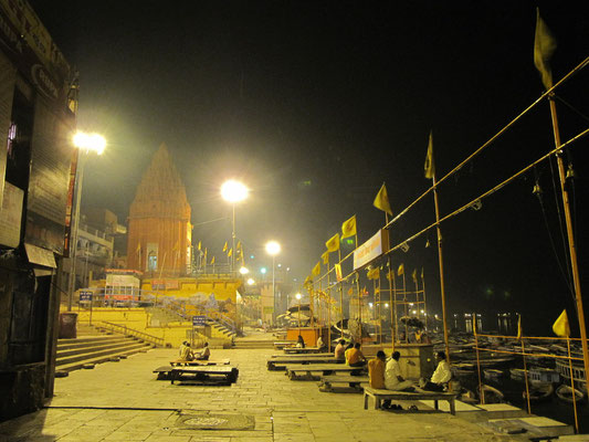 Andere Ghat leeren sich zu keiner Zeit. Varanasis farbenreichstes und bestbesuchteste Ghat, das Dasaswamedh Gat, ist beispielweise immer belebt.