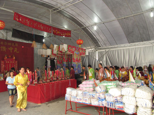 Während des Umrunden des Opfertisches werden Mantras rezitiert.
