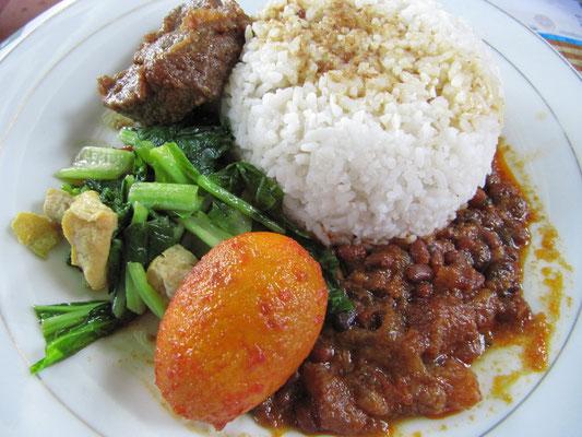 Essen auf der Zugfahrt nach Surabaya. Sehr ordentlich unser Rindfleisch, mit Gemüse und Tofu, einem Ei und Reis. Klar, dass wir gern Zugfahren.