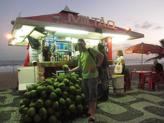 Frischer Kokosnusssaft wird überall an der Strandpromendae feilgeboten. Zu überhöhten brasilianischen Touristenpreisen leider.