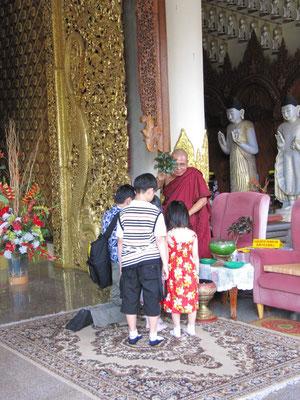 Segnungen. (Dhammikarama Burmese Buddhist Temple)