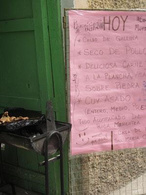 Typisches Straßengrillrestaurant mit Tageskarte. Es gibt Suppe, Hühnerfrikasse, gegrilltes Steak und Meerschwein.
